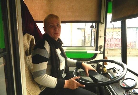Тернополянка Надія Мадрі їздить тролейбусом на пару зі своїм чоловіком