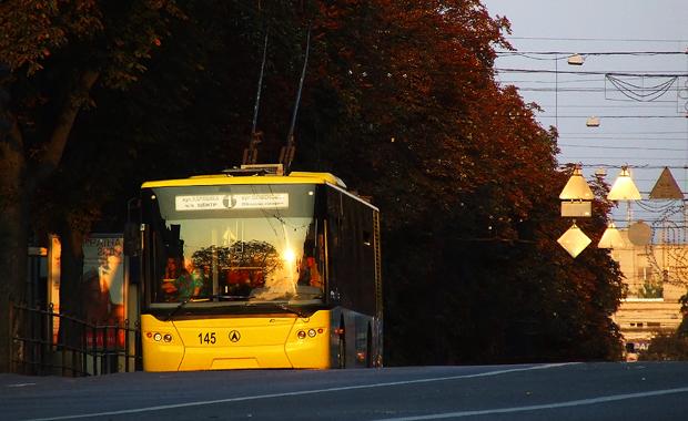 Пасажир отримала ушкодження, порушивши правила проїзду в тролейбусі