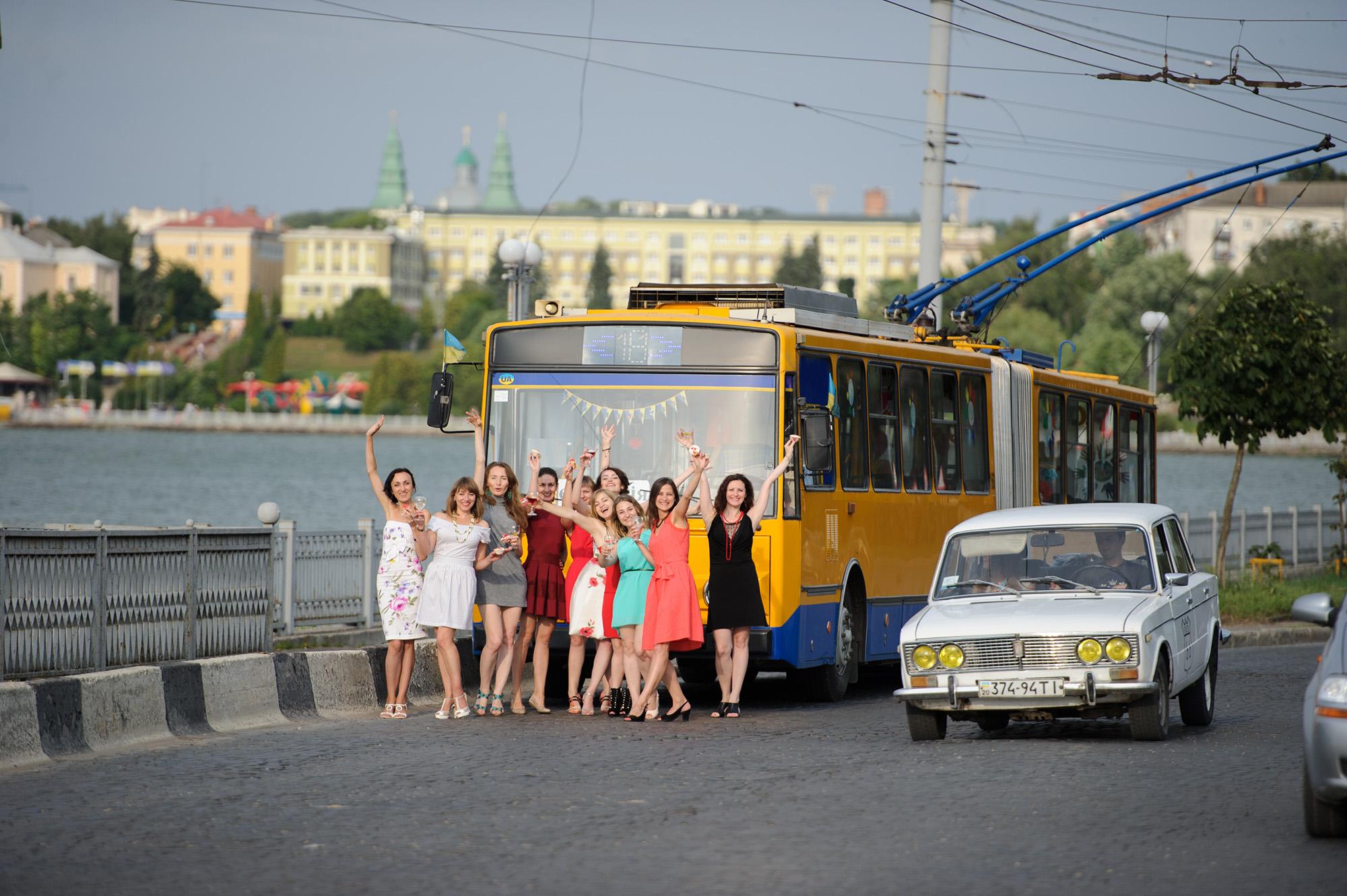 Дівчаче шаленство у «Тролейбусі щастя»