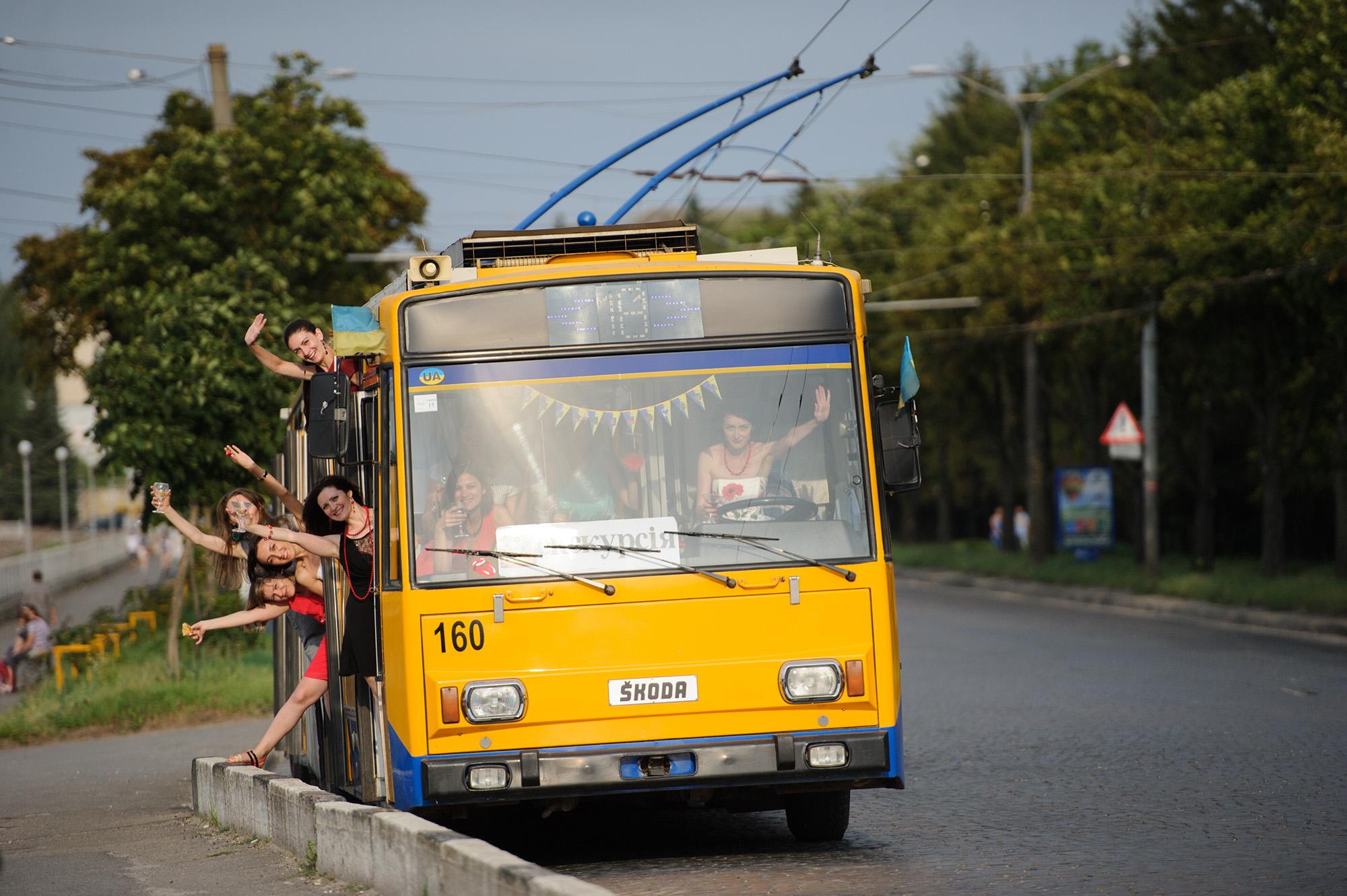 Замовити тролейбус на вечірку чи весілля у Тернополі можна за 300-500 грн.