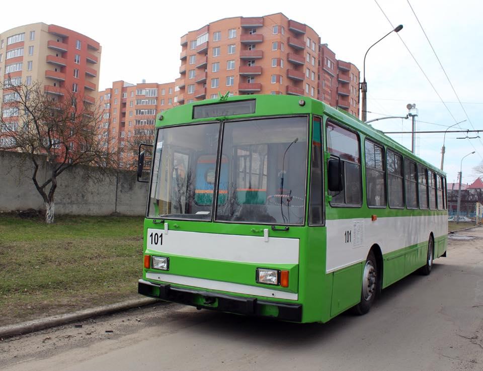 Капітально відремонтований тролейбус виїжджає на вулиці міста