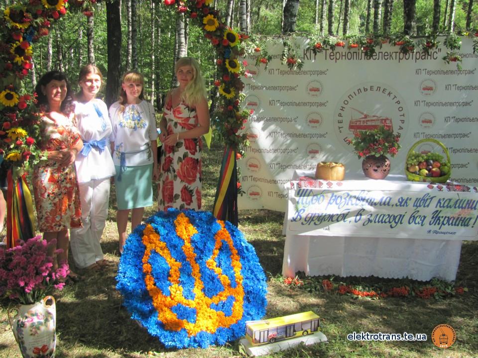 Тролейбусники різнобарвну Україну представили у квітах