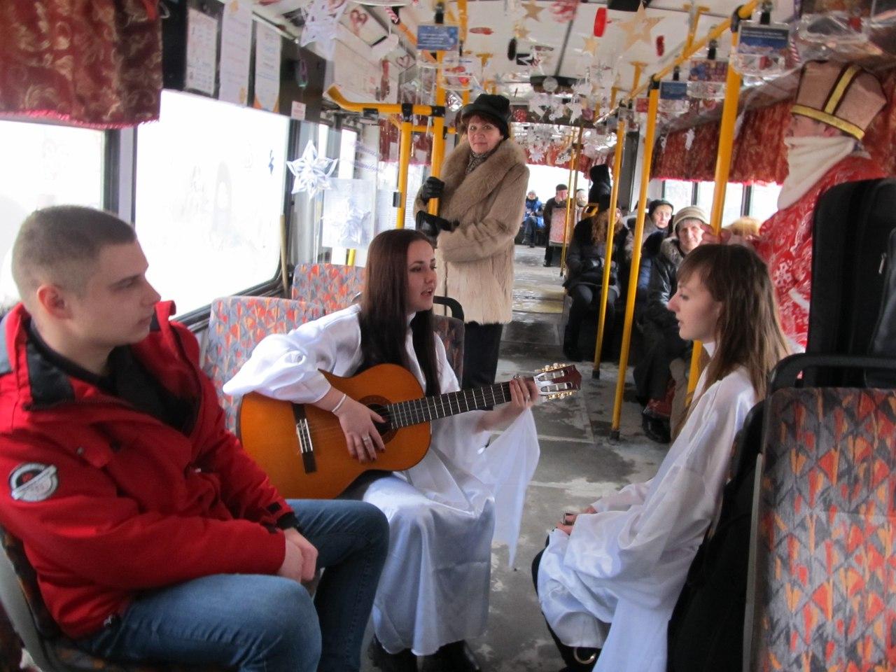 У тролейбусі в Тернополі можна було зустріти святого Миколая