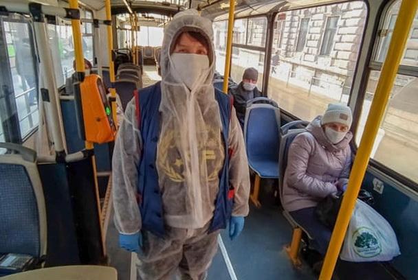 У громадському транспорті Тернополя кондуктори працюють у захисних костюмах